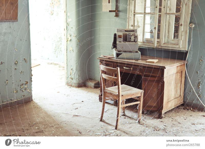 zahltag Innenarchitektur Schreibtisch Stuhl Raum Kasse Ruine Mauer Wand Fassade Fenster alt dreckig kaputt Verfall Vergangenheit Vergänglichkeit Farbfoto