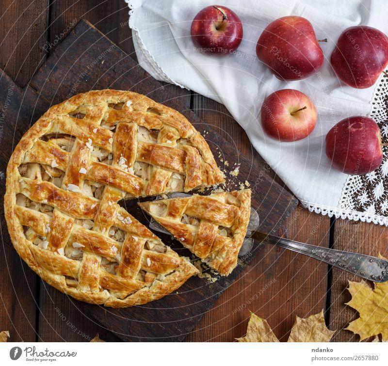 traditioneller Obstkuchen auf einem braunen Holzbrett Lebensmittel Frucht Apfel Kuchen Dessert Süßwaren Tisch Erntedankfest Herbst Essen frisch lecker natürlich