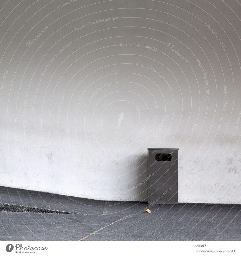daneben Haus Bauwerk Mauer Wand Fassade Straße Stein Beton Metall Zeichen alt authentisch dreckig kalt modern grau Beginn Ordnung Präzision