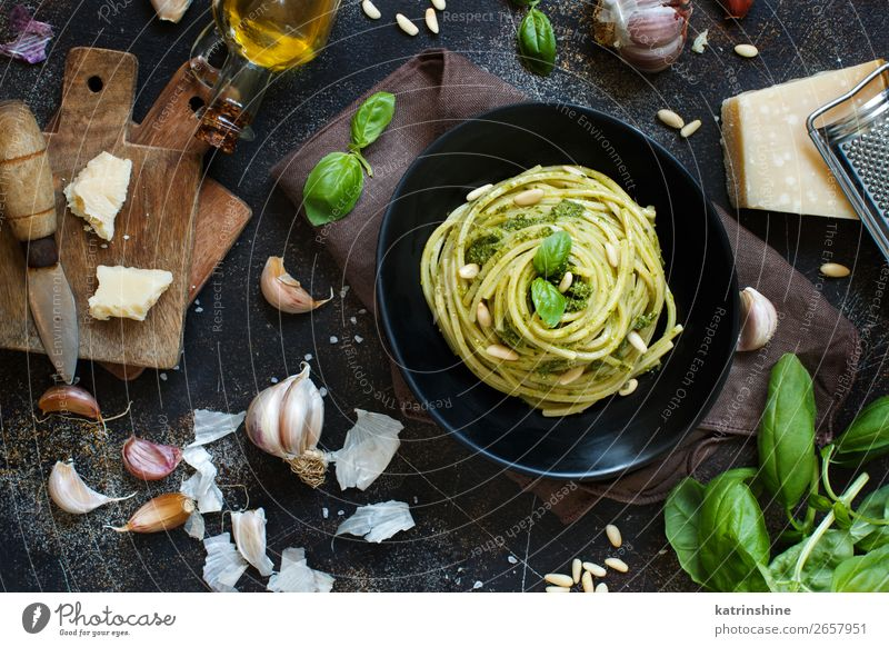 Spaghetti-Nudeln mit Pesto-Sauce Käse Kräuter & Gewürze Mittagessen Abendessen Vegetarische Ernährung Diät Gabel Blatt dunkel frisch oben grün schwarz Tradition