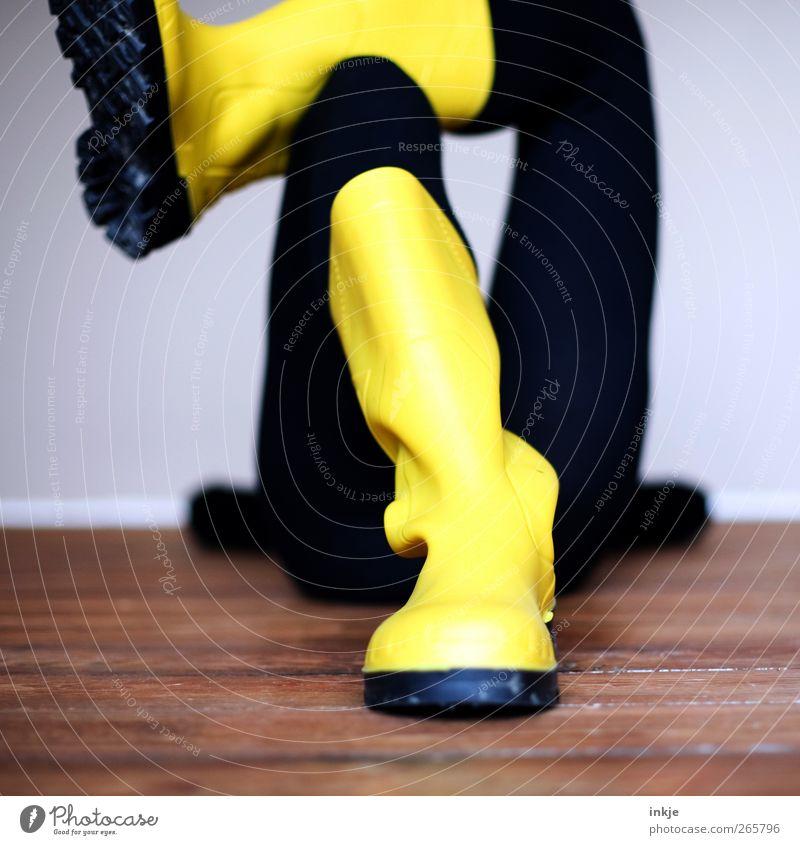 Nonverbale, ziemlich klare Arbeitshaltung Erholung Freizeit & Hobby Raum Ruhestand Feierabend Leben Füße hoch Holzfußboden Dielenboden Gummistiefel liegen