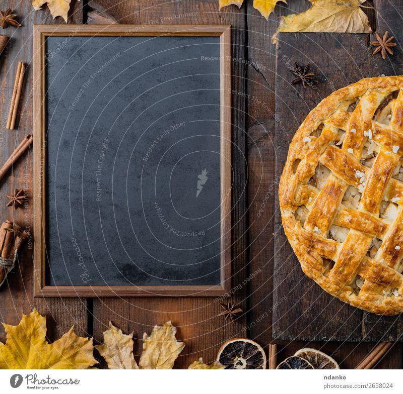schwarze Kreidetafel und gebackener Obstkuchen Frucht Apfel Kuchen Dessert Süßwaren Tisch Küche Tafel Herbst Blatt Holz frisch oben braun gelb Tradition