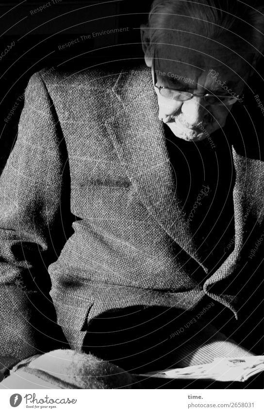 old man (look at my life) maskulin Mann Erwachsene Männlicher Senior 1 Mensch Jacke Brille weißhaarig kurzhaarig Denken lesen sitzen selbstbewußt Wachsamkeit