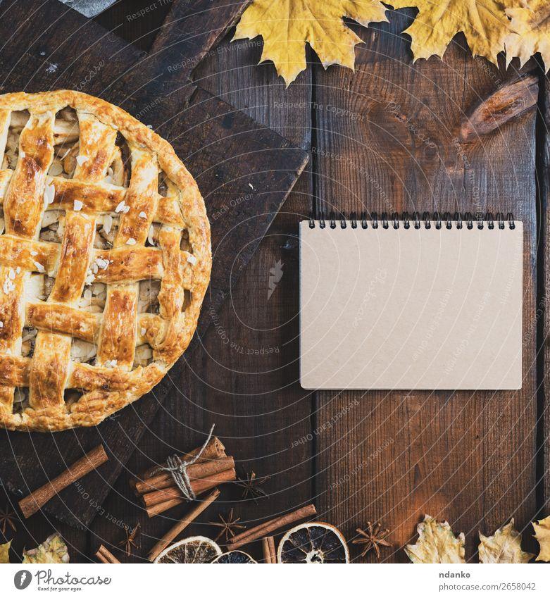 gebackener Apfelkuchen auf einem Brett Frucht Kuchen Dessert Tisch Küche Herbst Blatt Holz Essen frisch lecker oben braun gelb Tradition Vorlage Entwurf Hinweis