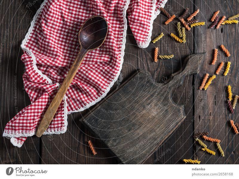 leeres Holzschneidebrett, Holzlöffel Teigwaren Backwaren Ernährung Mittagessen Diät Löffel Tisch Küche braun gelb rot Farbe Tradition rustikal farbenfroh