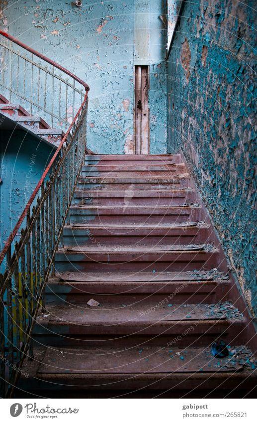 400 Stufen alt blau Farbe Wand Architektur Wege & Pfade Bewegung Mauer Gebäude Zeit elegant Treppe außergewöhnlich Energie Perspektive Häusliches Leben