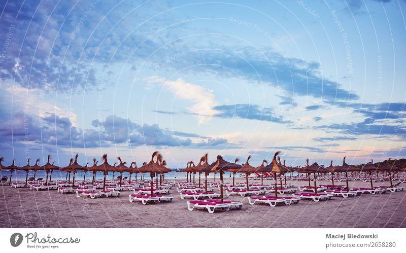 Leerer Strand bei Sonnenaufgang, Mallorca. Freude Erholung Ferien & Urlaub & Reisen Tourismus Sommer Sommerurlaub Sonnenbad Meer Insel Landschaft Sand Himmel
