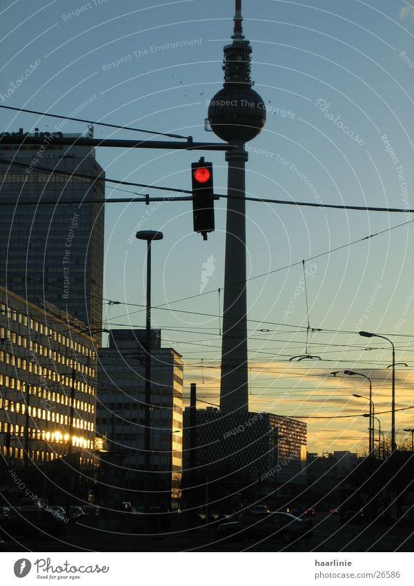 abends am alex/berlin Berlin Gebäude Architektur Ampel Mischung Abenddämmerung Funkturm