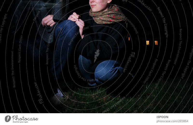 Nights Out Mensch maskulin feminin Junge Frau Jugendliche Junger Mann Paar Körper Kopf 2 18-30 Jahre Erwachsene Natur Wiese Haus Schal beobachten berühren