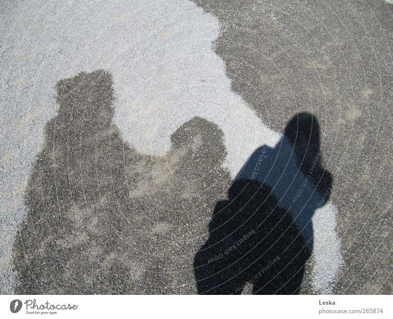 Schattenspiel Frau Wasser Erwachsene dunkel Wege & Pfade Stein hell nass trocken
