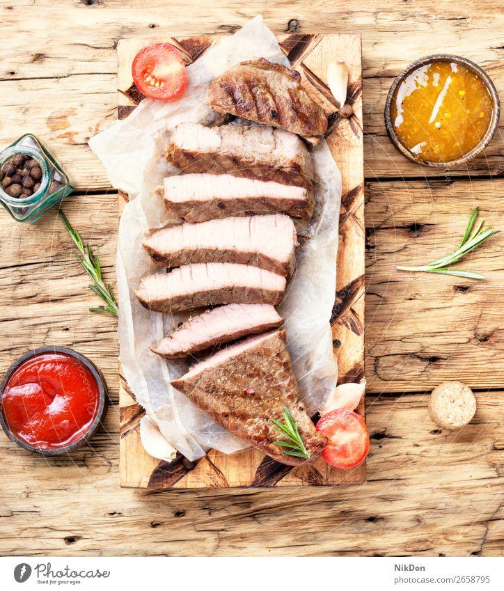 Geschnetzeltes Rindersteak Rindfleisch Steak aufgeschnitten Fleisch Lebensmittel gegrillt Rosmarin Barbecue gebraten Beefsteak Holzplatte mittelgroß Scheibe