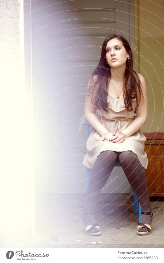Brunette beauty II. Mensch Frau Jugendliche schön Sommer Erwachsene Kopf Stil Beine Mode braun elegant Arme sitzen ästhetisch Junge Frau