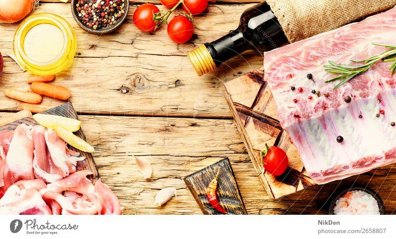 Rohes Rindfleisch Fleisch roh Lebensmittel Steak frisch geschnitten hacken ungekocht Metzger Gewürz Schneidebrett Tomate Butter Saucen Rosmarin Paprika Filet