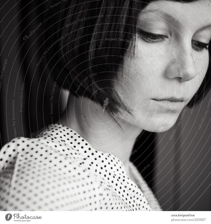 retro schön Schminke feminin Junge Frau Jugendliche Erwachsene 1 Mensch 18-30 Jahre Mode Bluse Haare & Frisuren brünett kurzhaarig Denken träumen Traurigkeit