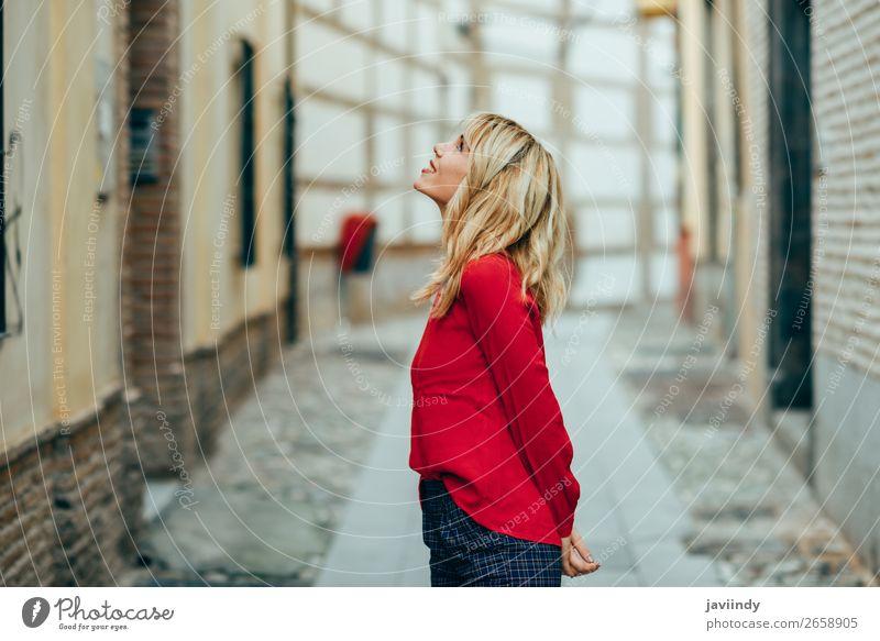 Glückliche junge blonde Frau, die die Straße hinuntergeht. Lifestyle Stil schön Haare & Frisuren Mensch Junge Frau Jugendliche Erwachsene 1 18-30 Jahre Herbst