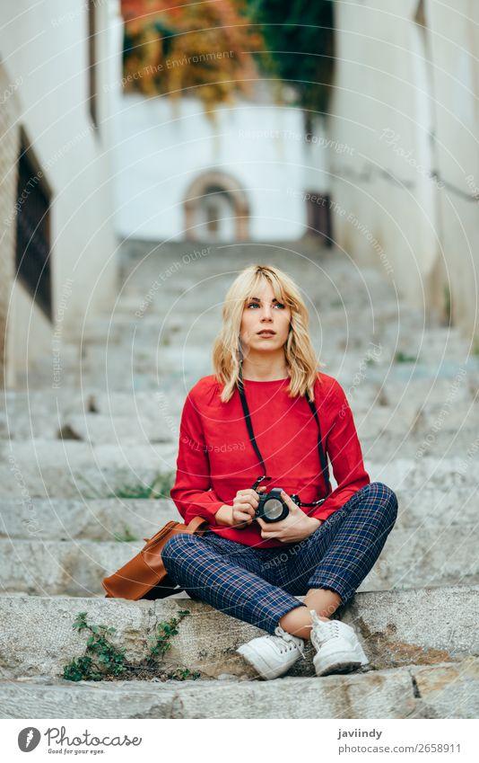 Frau fotografiert mit einer alten Kamera in einer schönen Stadt. Lifestyle Stil Glück Haare & Frisuren Freizeit & Hobby Ferien & Urlaub & Reisen Tourismus