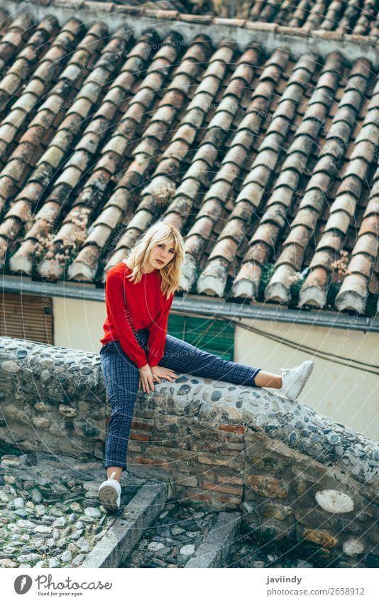 Junge Frau, die in der Nähe schöner Dächer von charmanten alten Häusern sitzt. Lifestyle Stil Haare & Frisuren Mensch feminin Jugendliche Erwachsene 1