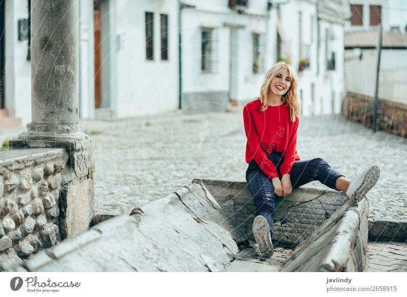 Lächelndes blondes Mädchen mit rotem Hemd, das das Leben im Freien genießt. Stil schön Haare & Frisuren Mensch feminin Junge Frau Jugendliche Erwachsene 1