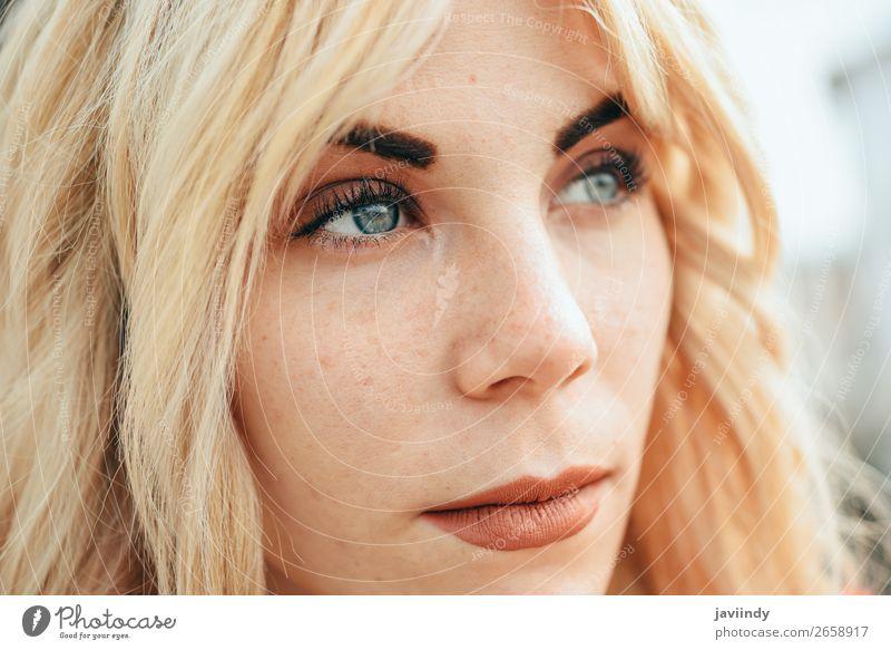 Junges blondes Mädchen mit schönen blauen Augen. Lifestyle Stil Glück Haare & Frisuren Mensch feminin Frau Erwachsene Jugendliche 1 18-30 Jahre Straße Mode