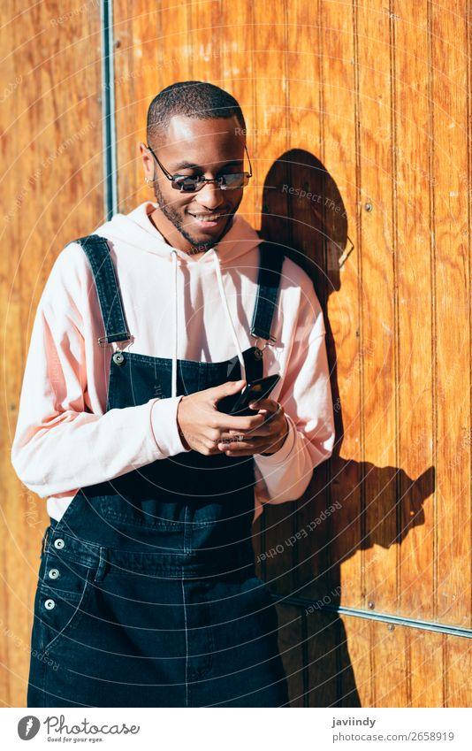 Mensch Jugendliche Mann schön Junger Mann schwarz 18-30 Jahre Straße Lifestyle Erwachsene Glück maskulin modern Technik & Technologie Lächeln Bekleidung