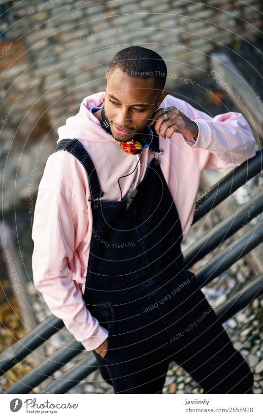 Lächelnder schwarzer Mann in Freizeitkleidung im Freien Lifestyle Glück schön Mensch maskulin Junger Mann Jugendliche Erwachsene 1 18-30 Jahre Straße Mode