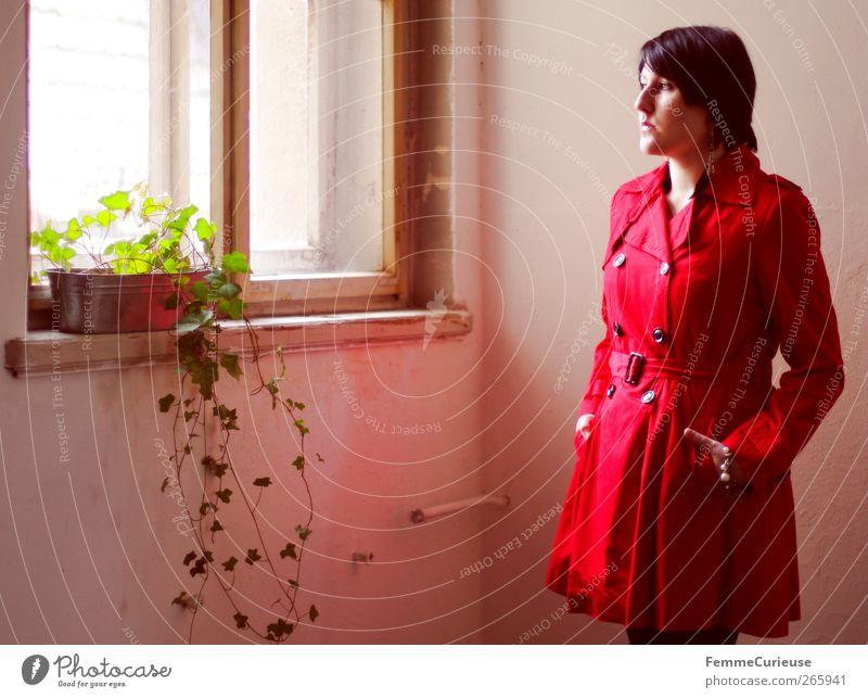 Lady in red I. Mensch Frau Jugendliche schön rot Pflanze Erwachsene feminin Junge Frau Stil Autofenster 18-30 Jahre warten elegant stehen ästhetisch