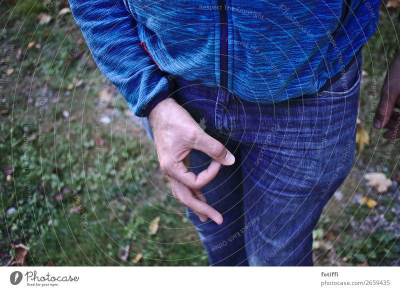 Ha ha! Reingeguckt! maskulin Arme Hand 1 Mensch 18-30 Jahre Jugendliche Erwachsene Spielen Loch Spott blau Blick Wachsamkeit Farbfoto Außenaufnahme