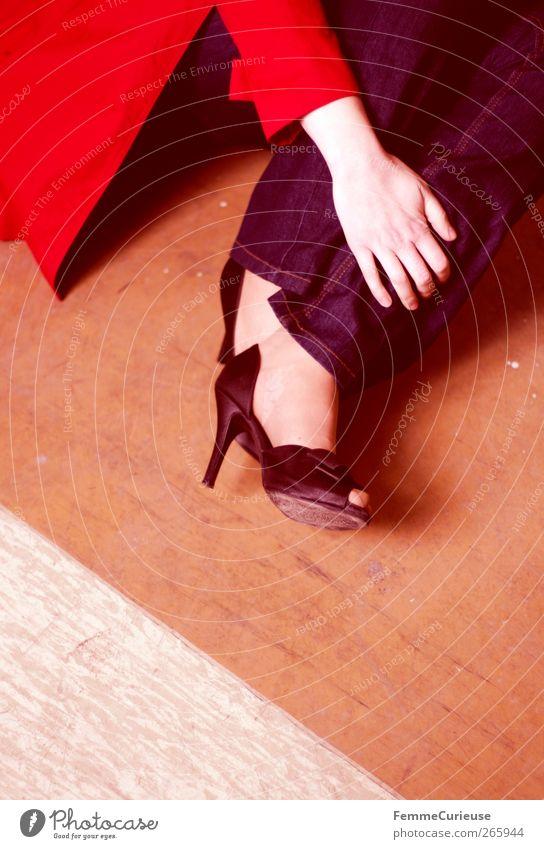 Lady in red III. Mensch Frau Jugendliche blau Hand Erwachsene feminin Erotik Junge Frau Beine Fuß 18-30 Jahre Arme sitzen hoch ästhetisch