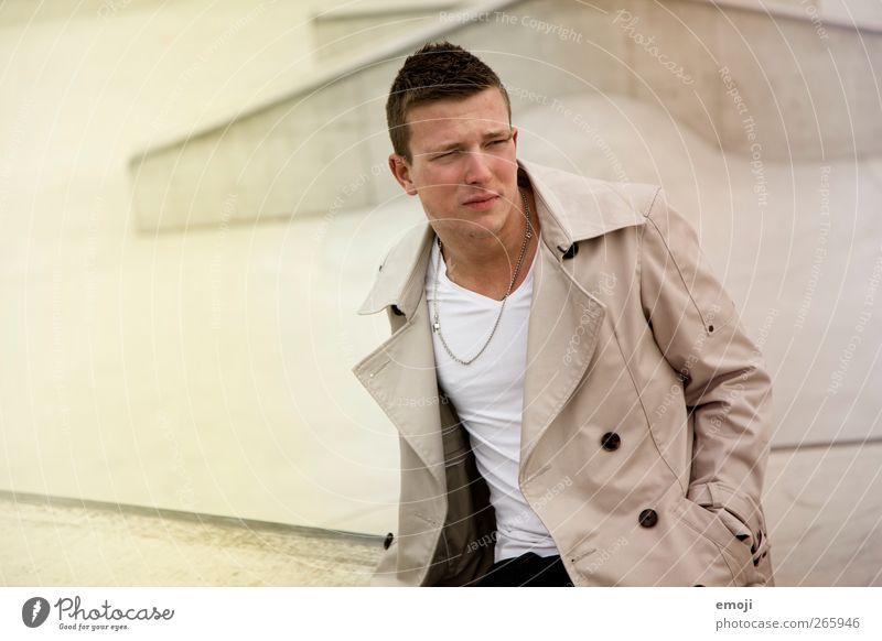 fadin' #2 maskulin Junger Mann Jugendliche 1 Mensch 18-30 Jahre Erwachsene Mode Jacke Coolness schön sitzen Farbfoto Außenaufnahme Hintergrund neutral Tag