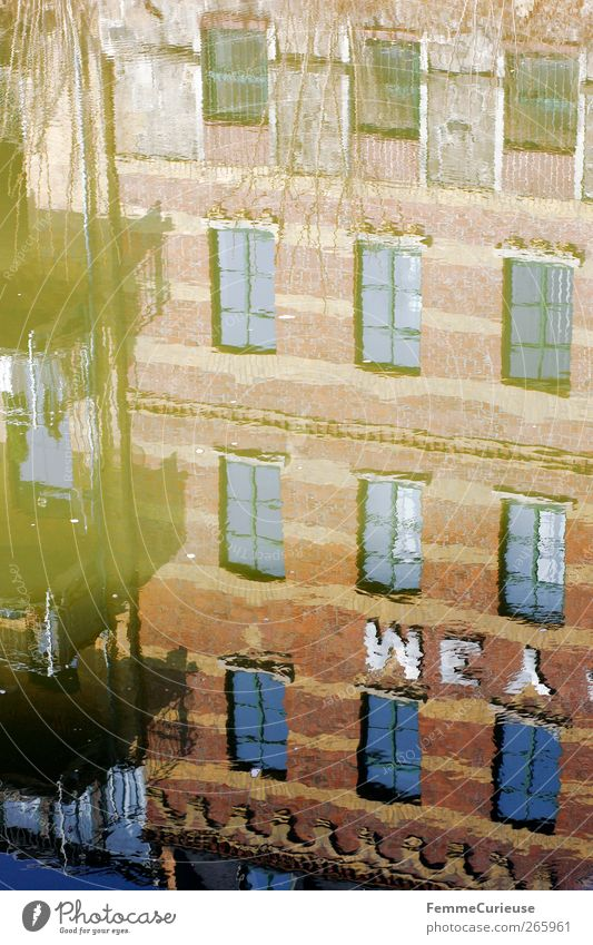 Reflection. blau Wasser Stadt Ferien & Urlaub & Reisen Erholung Fenster Wand Architektur braun Wellen Fassade Brücke Perspektive Sträucher Fluss Idylle