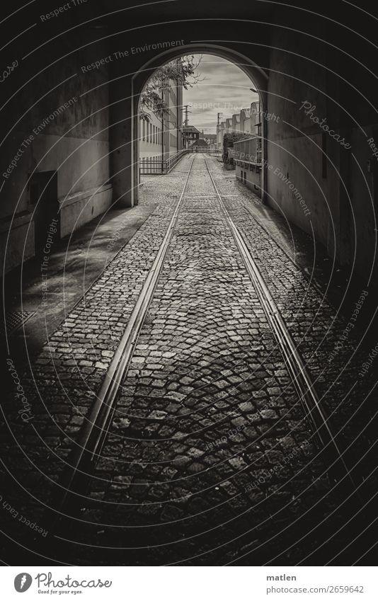 Durchzug Stadt Menschenleer Haus Industrieanlage Tunnel Gebäude Mauer Wand Fassade Verkehrswege Straßenverkehr Schienenverkehr Gleise dunkel schwarz weiß Tür