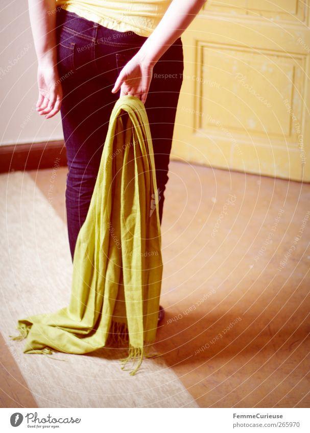 Back View. Mensch Frau Jugendliche blau grün Hand Erwachsene gelb feminin Junge Frau Mode orange Tür Zufriedenheit 18-30 Jahre warten