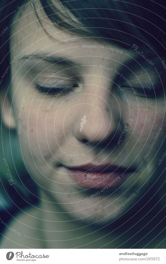 lichtkuss. Mensch Jugendliche blau ruhig Gesicht Erwachsene Erholung dunkel feminin Gefühle Glück Kopf träumen Stimmung Zufriedenheit natürlich