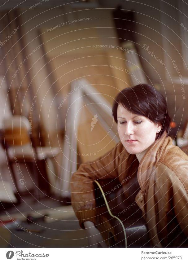 Hit it (I)! Mensch Frau Jugendliche Hand Erwachsene feminin Spielen Junge Frau Kopf Zufriedenheit 18-30 Jahre nachdenklich schreiben Gitarre Karriere Künstler