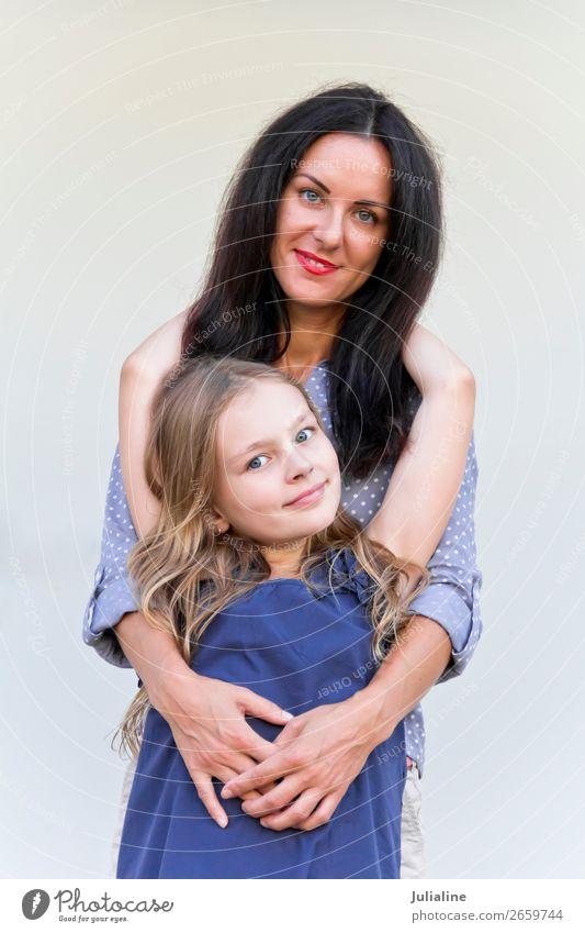 Spielende Mutter und Tochter Freizeit & Hobby Kind Schulkind Frau Erwachsene Eltern Kindheit 18-30 Jahre Jugendliche brünett blond weiß Mädchen zwanzig Dame