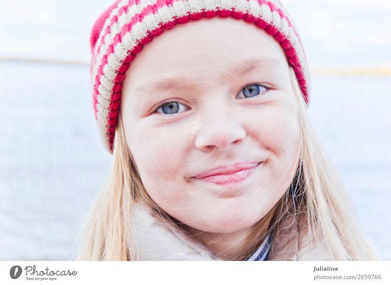 Süßes Mädchen mit rotem Hut Kind Schulkind Frau Erwachsene Kindheit Herbst blond Lächeln niedlich blau weiß Gefühle Vorschulkind eine Dame sechs 7 Kaukasier