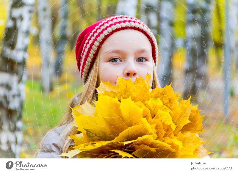 Mädchen mit Blumenstrauß aus Laken Kräuter & Gewürze Kind Schulkind Frau Erwachsene Kindheit 1 Mensch Pflanze Herbst Blatt Hut blond niedlich rot weiß Dame