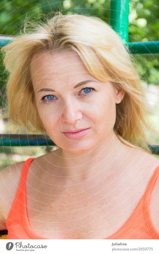 Blonde Frau Erwachsene 18-30 Jahre Jugendliche blond lang blau weiß Mädchen Kaukasier Europäer Dame zwanzig vierzig Behaarung eine Auge Farbfoto Porträt