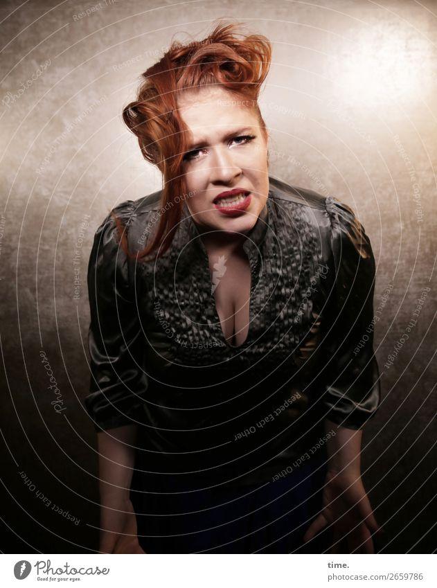 Anastasia Raum feminin Frau Erwachsene 1 Mensch Hemd Haare & Frisuren rothaarig langhaarig sprechen Blick dunkel rebellisch wild Gefühle selbstbewußt