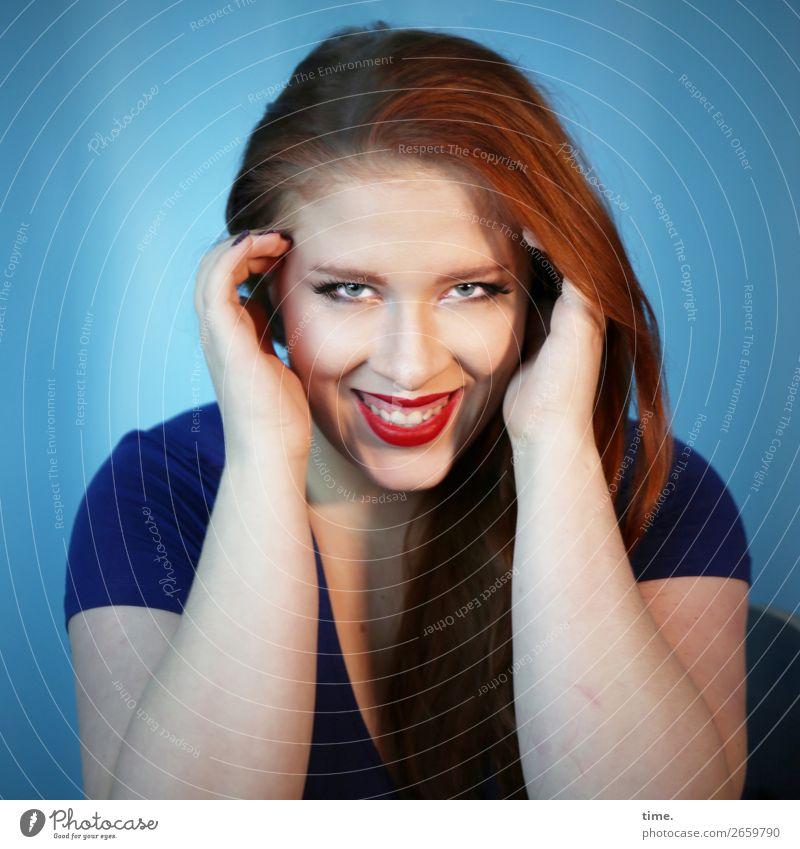 Anastasia Lippenstift feminin Frau Erwachsene 1 Mensch T-Shirt Stoff Haare & Frisuren rothaarig langhaarig beobachten festhalten lachen Blick Freundlichkeit