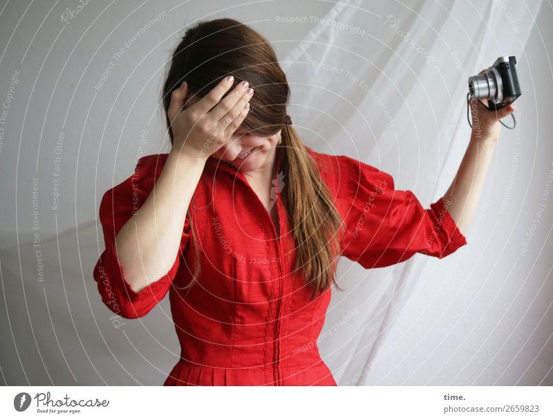Sandra Raum Vorhang Gardine Fotokamera feminin Frau Erwachsene 1 Mensch Kleid Stoff brünett langhaarig festhalten lachen stehen Freude Lebensfreude Begeisterung