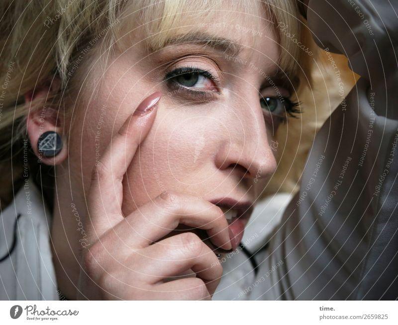 Lilly feminin Frau Erwachsene 1 Mensch Hemd Ohrringe blond langhaarig beobachten Denken festhalten Blick warten außergewöhnlich schön Sicherheit Schutz