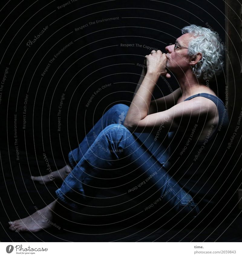 man in thoughts Dachboden maskulin Mann Erwachsene 1 Mensch T-Shirt Jeanshose Brille Barfuß grauhaarig Locken beobachten Denken festhalten Blick sitzen