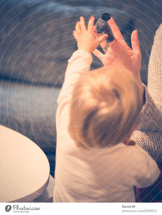 Fingerpuppen I Frau Kind Mensch Hand Freude Mädchen Erwachsene Leben feminin Bewegung Glück Spielen Kopf Häusliches Leben Wohnung Zufriedenheit