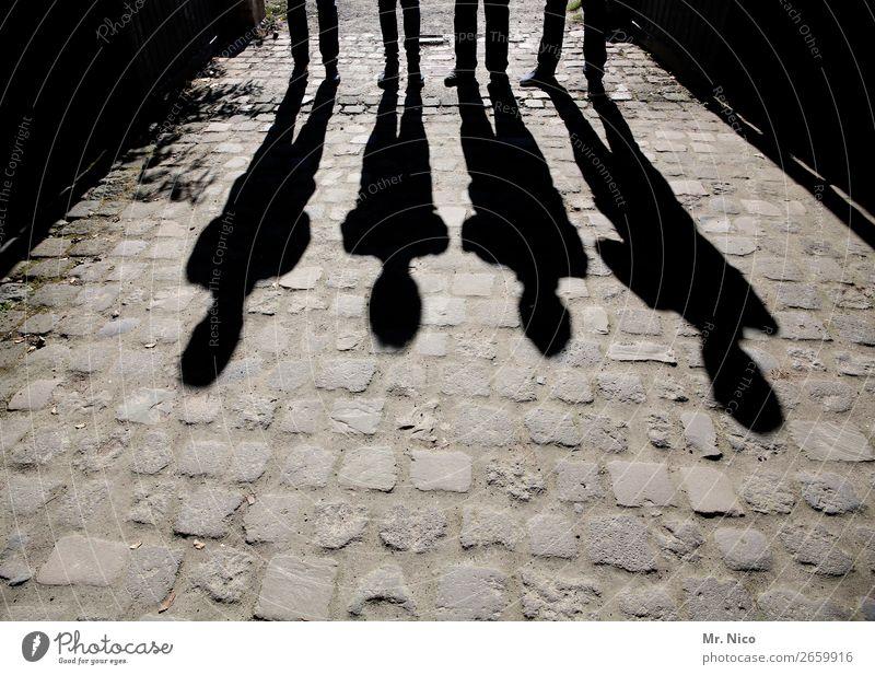 Männerschatten maskulin 4 Mensch stehen Pflastersteine schwarz Schattenspiel Körperhaltung abstrakt Menschengruppe Kontrast Silhouette Licht grau Lichteffekt