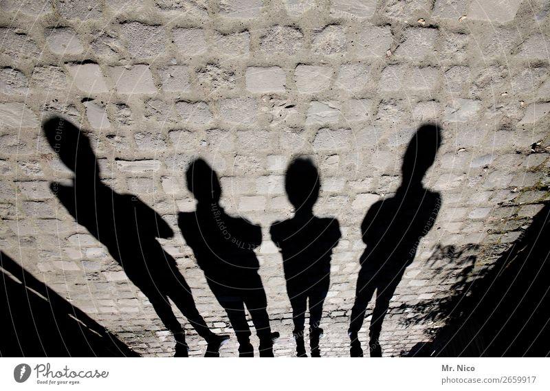 Schattenmänner Mensch schwarz Mauer Menschengruppe maskulin stehen Schutz Körperhaltung Pflastersteine Schattenspiel Türsteher