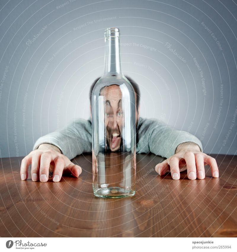 Flaschengeist Mensch maskulin Junger Mann Jugendliche Erwachsene 1 30-45 Jahre liegen gruselig verrückt blau braun Durst Erschöpfung Alkoholsucht Drogensucht