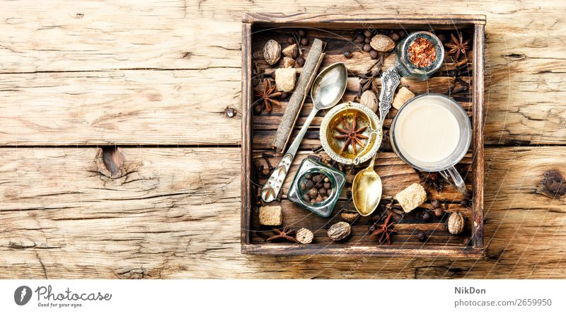 Masala-Tee mit Gewürzen masala Tasse Bestandteil melken Anis Zimt trinken heiß Getränk Chai Gesundheit Inder kleben Glas warm organisch gewürzt Geschmack