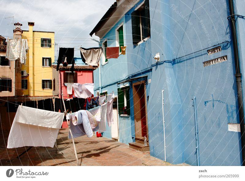 Burano Häusliches Leben Haus Venedig Italien Dorf Fischerdorf Altstadt Fassade Fenster Bekleidung T-Shirt Hemd Hose Bettwäsche Wäsche Wäscheleine Wäsche waschen