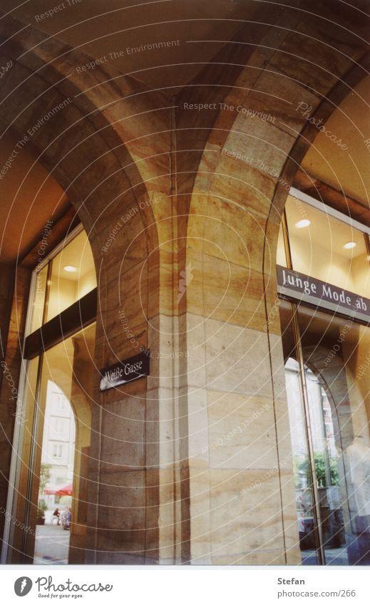 Weisse Gasse Architektur Dresden historisch Säule Bogen Schaufenster Sandstein